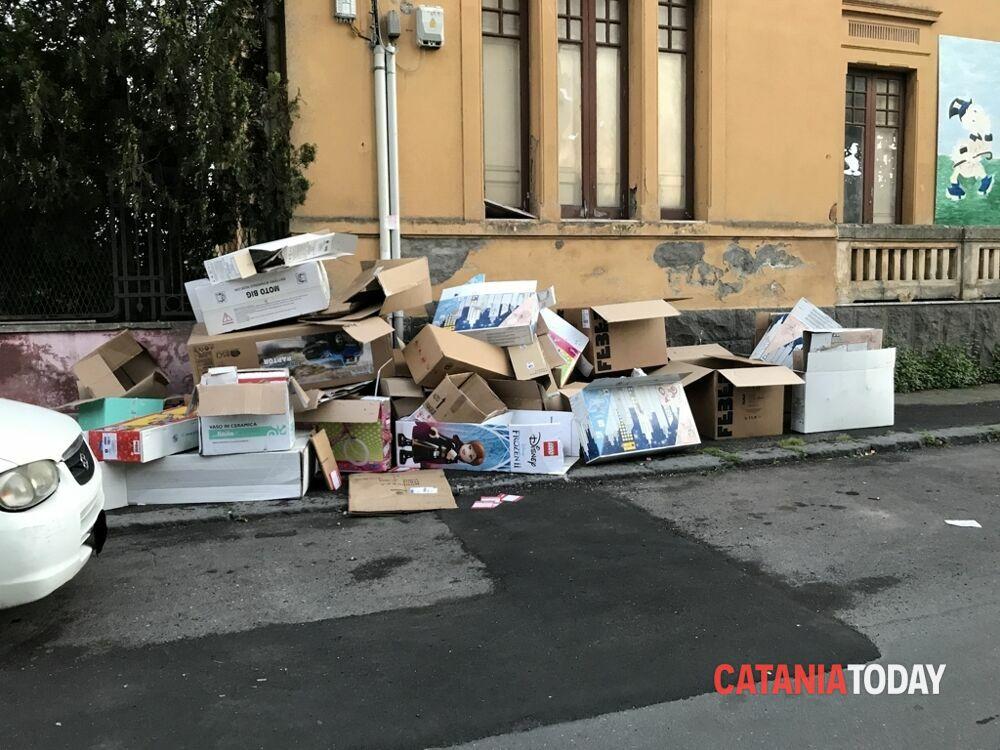 La discarica di via Natale Attanasio, cartoni di giocattoli