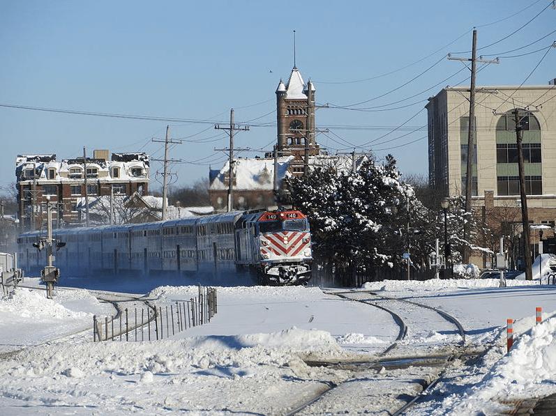 A Metra train in Wheaton, IL. Credit: Wikimedia Commons