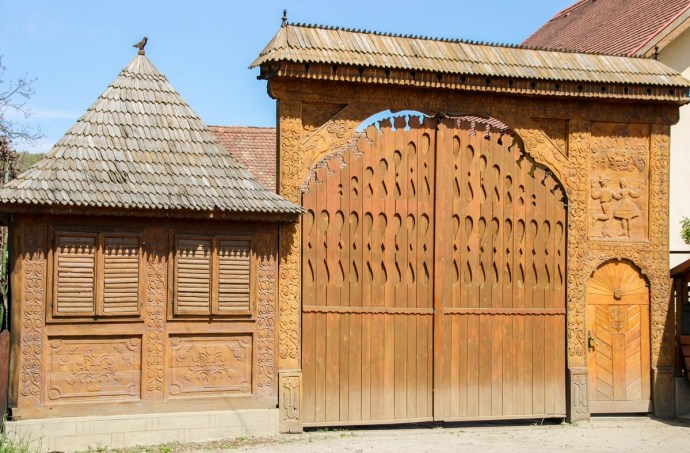 Transylvanian Backcountry - Niraj Valley Highlights - Carved Wooden Gates