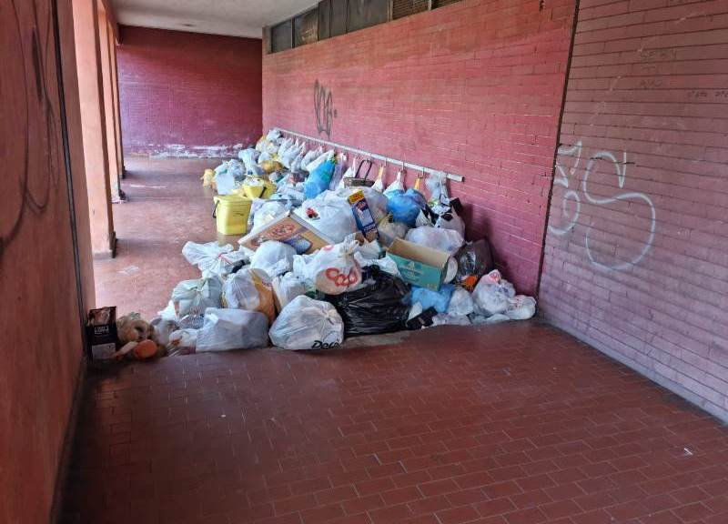 emergenza-rifiuti-a-reggio,-il-viale-calabria-trasformato-in-una-discarica:-montagne-di-spazzatura-fuori-dai-portoni-[foto]