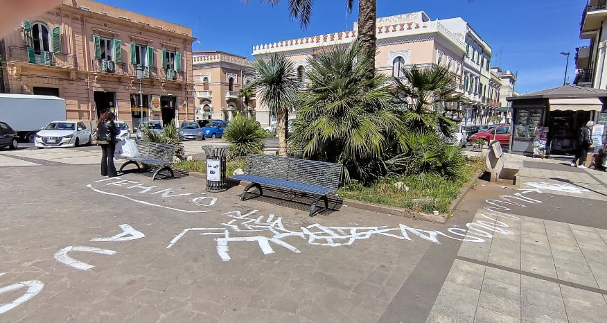 reggio-calabria,-atti-di-vandalismo-a-piazza-carmine:-pavimento-imbrattato-con-scritte-a-vernice-[gallery]