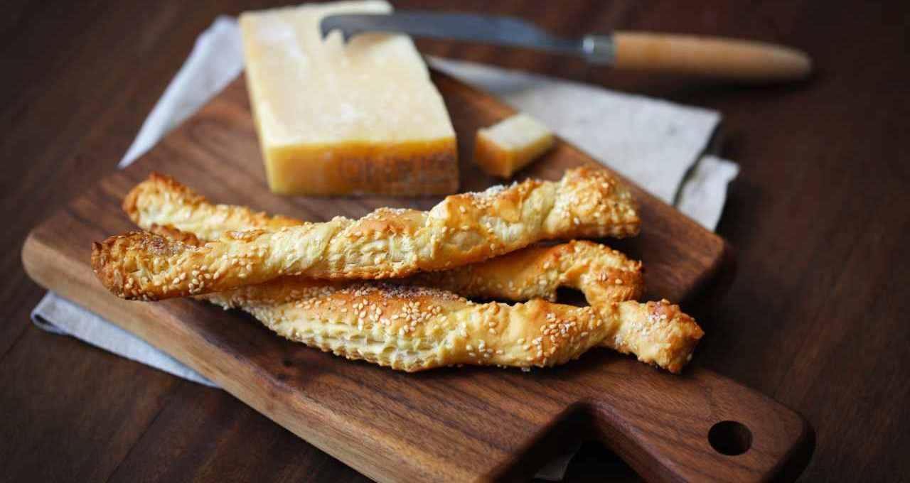 grissini-al-parmigiano:-l'antipasto-veloce-che-si-prepara-con-3-ingredienti-e-in-pochi-minuti!