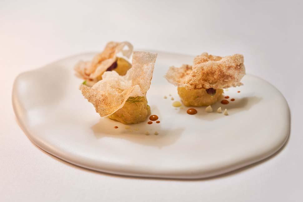 scampi,-ricci-di-mare,-yuzu,-rafano,-chips-di-riso-alla-liquirizia-|-chef-matteo-metullio