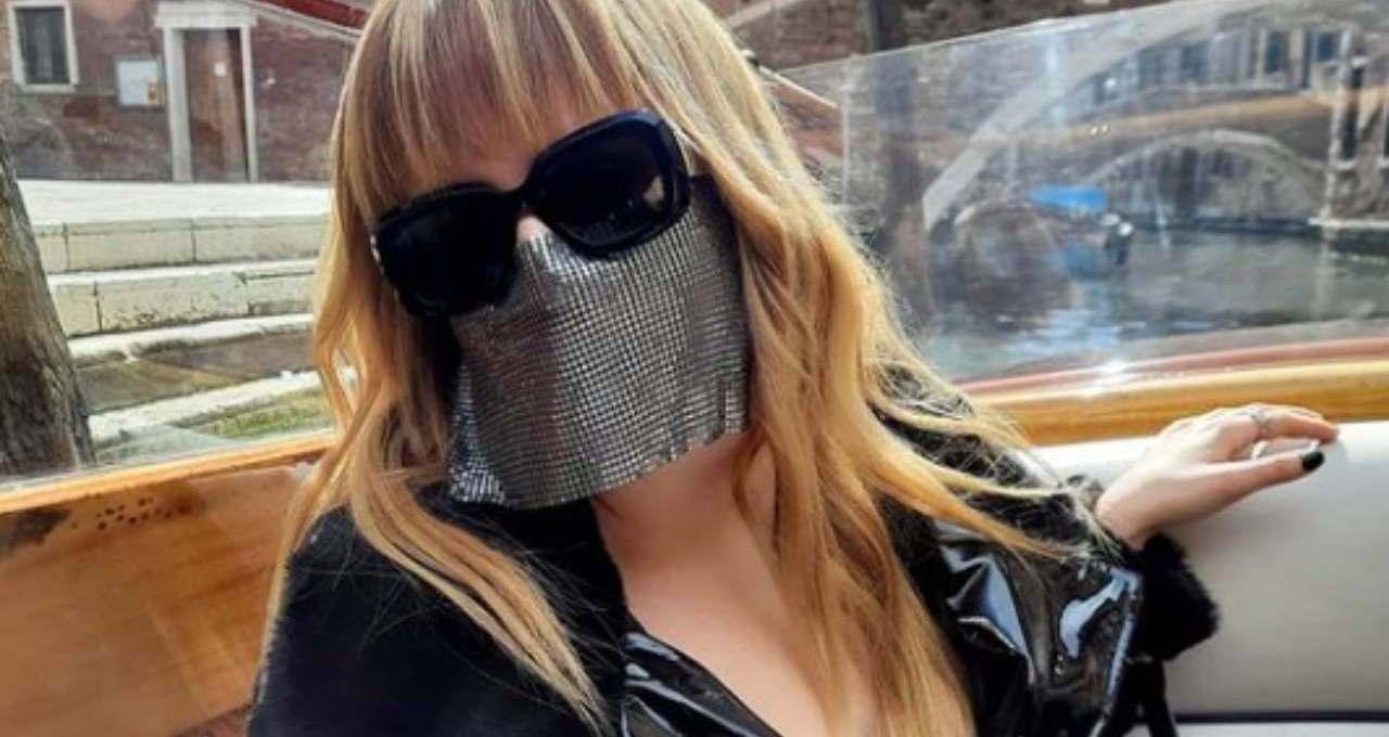 myss-keta,-qual-e-il-suo-vero-nome-e-perche-porta-la-maschera