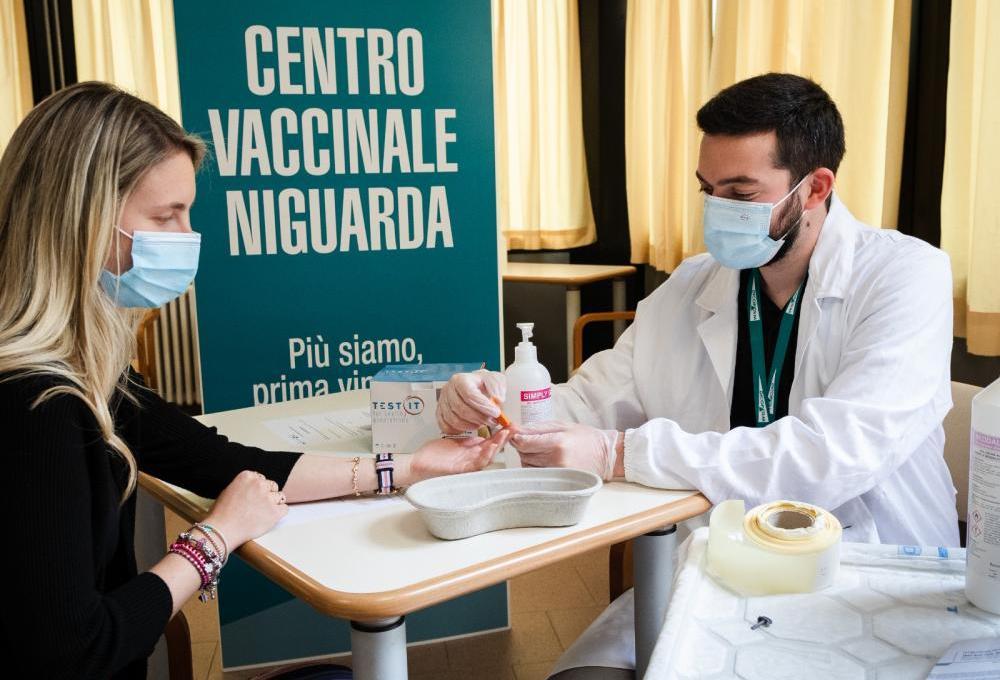 prevenzione-al-quadrato:-a-niguarda-insieme-al-vaccino-anti-covid-19-si-fa-anche-lo-screening-gratuito-contro-l'epatite-c
