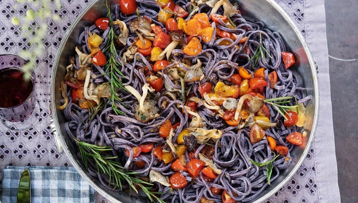 tagliolini-ai-mirtilli-con-funghi-e-pomodorini-al-rosmarino