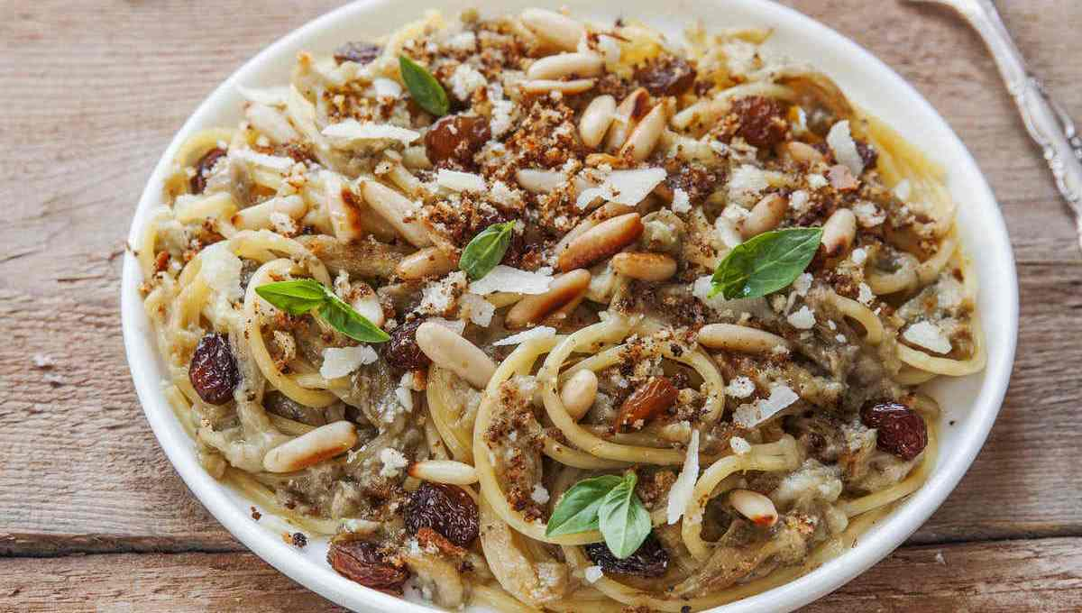 spaghetti-allo-scammaro:-la-ricetta-del-primo-con-uvetta-e-pinoli