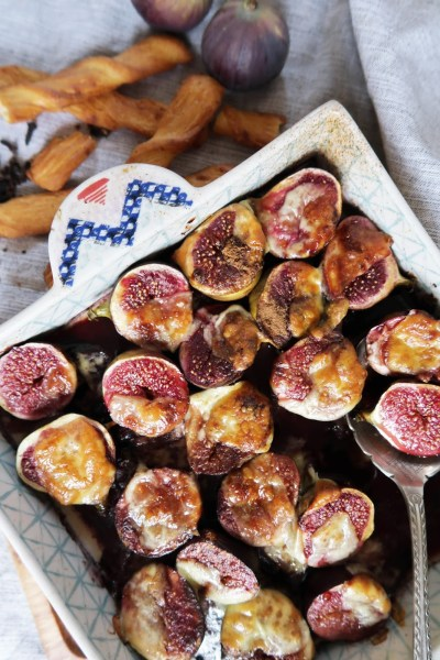 Baked figs in red wine sprinkled with cheddar