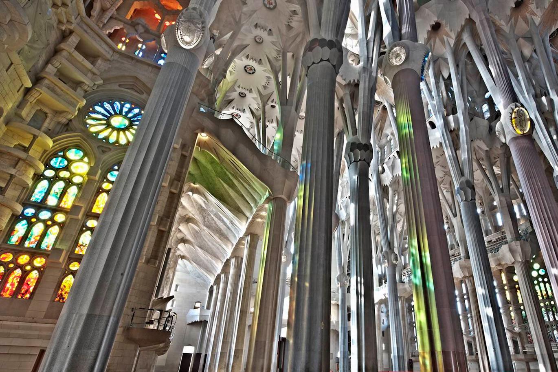 Foto del interior de la Catedral de la Sagrada Familia de la ciudad de Barcelona