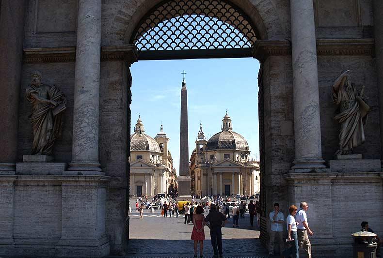 Plaza del Popolo en la ciudad de Roma en Italia