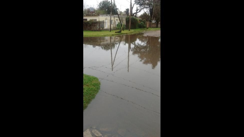 Repleto de agua en la esquina de Casaux y Rosich, en barrio Corimayo de Burzaco