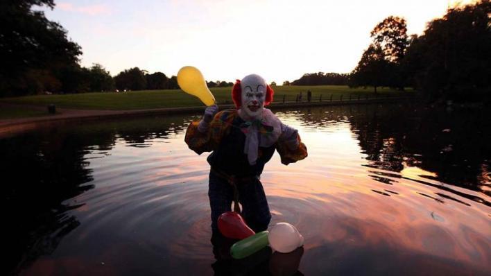 TÉTRICO. El maléfico personaje sostiene un globo y se para en un lago.