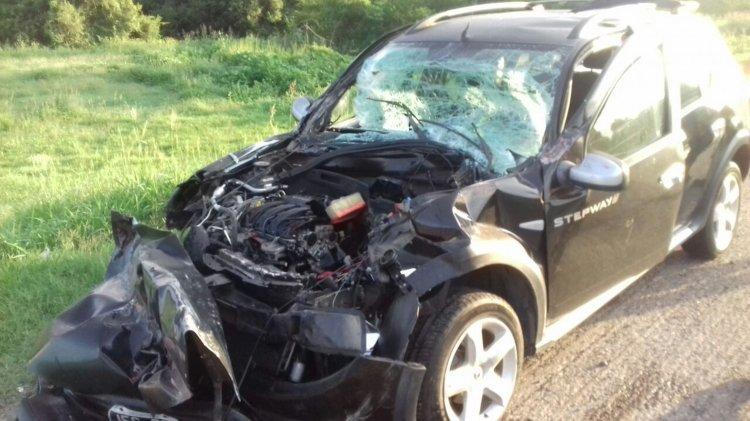El auto Renault Stepway con el frente totalmente destruido luego del choque en el acceso a Salta.