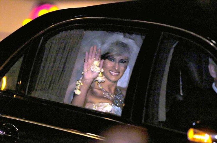 Melania saluda a la prensa el día de su casamiento con Trump en 2005.