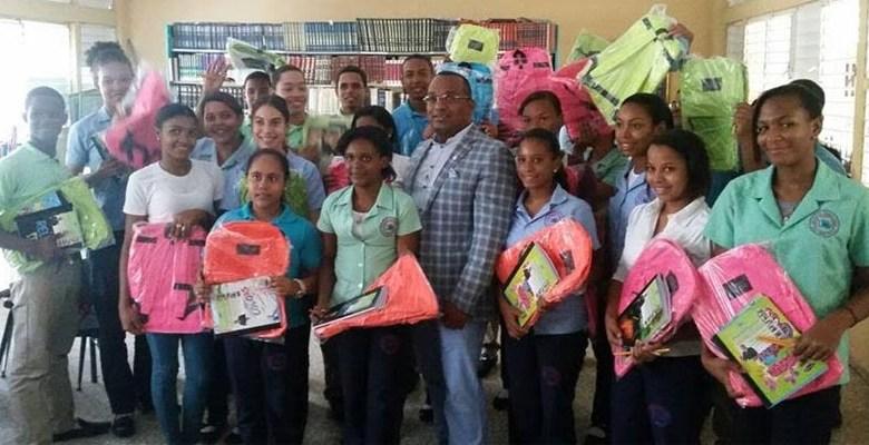 El diputado Domingo Barett junto a estudiantes a quienes donó útiles escolares