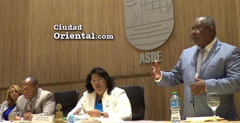 Juan López, Secretario General del ASDE habla ante el Concejo de Regidores