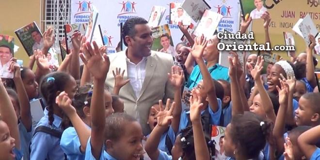 Diputado Luis Alberto Tejeda junto a niños y niñas de una ecuela a los que llevó útiles escolares.
