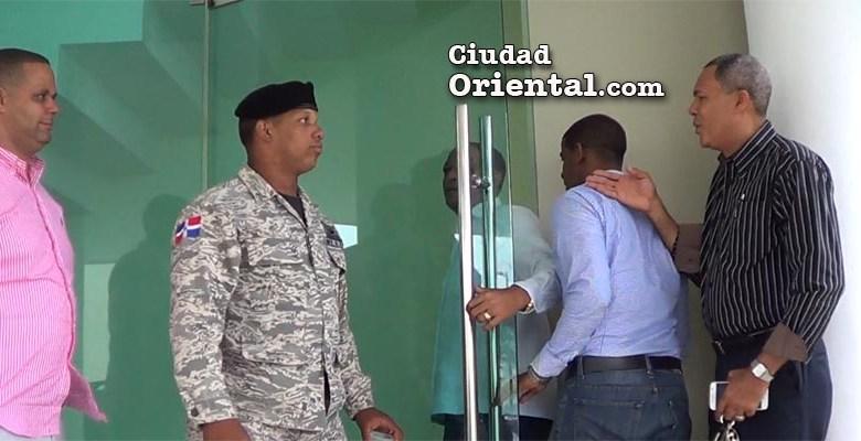 """El regidor de la derecha impuso su autoridad para poder ingresar junto a los suyos por !la puerta del alcalde""""."""