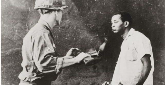 Un dominicano enfrenta a un soldado invasor estadounidense