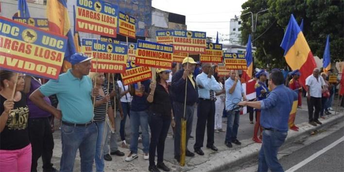 Luis El Gallo encabeza protesta contra Vargas Llosa
