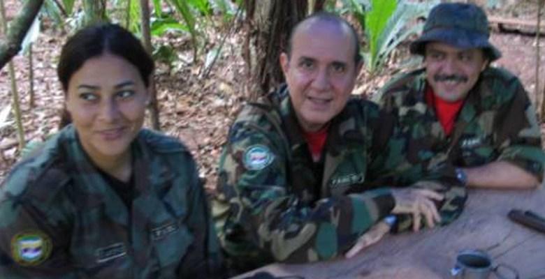 Narciso Isa Conde (centro) junto a guerrilleros de las FARC en las montañas de Colombia (archivo)