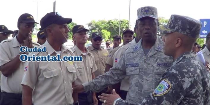 El Jefe de Seguridad del ASDE y el Jefe de la Policía Municipal tratan de hacer callar a un agente que reclama aumento salarial
