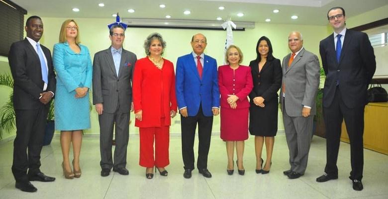 El ministro de Industria y Comercio, Juan Temístocles Montás, junto a la nueva directora general de PROINDUSTRIA, Alma Fernández y otros funcionarios.