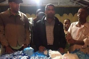 Luis Alberto Tejeda y Danilo Mesa auxilian vecinos afectados por el huracán Mateo