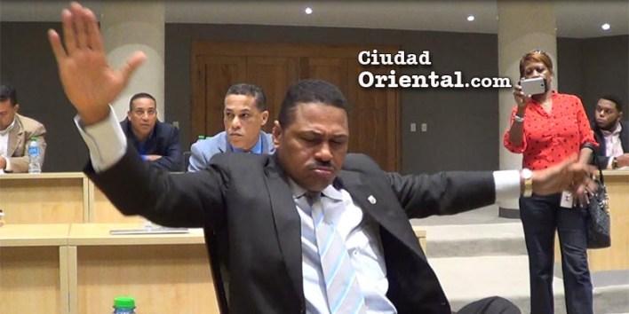"""El regidor Luis Flores al momento de denunciar la existencia de """"sectores oscuros"""" acostumbrados a actuar en el ASDE"""