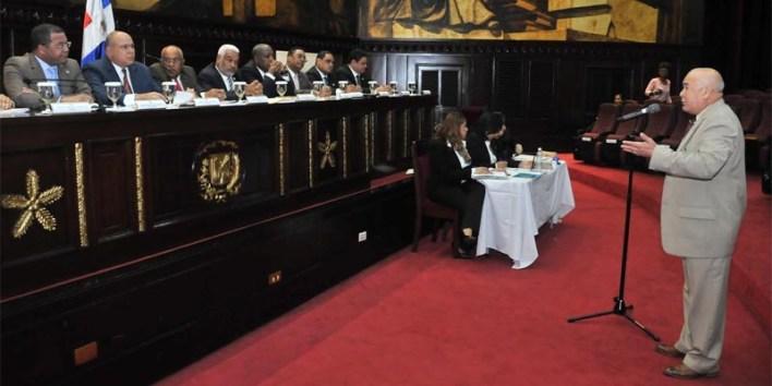 La comisión especial entrevista a uno de los aspirantes a integrar la Cámara de Cuentas