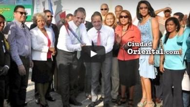 Funcionarios de AES Dominicana junto al alcalde Juan de los Santos, dan primer picazo obras construidas con aportaciones de la empresa extranjera (Foto de archivo)
