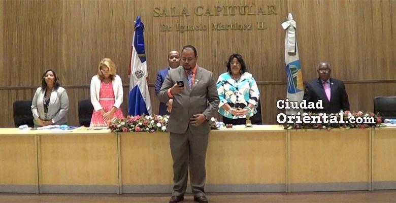 Funcionarios del Concejo de Regidores rezando al inicio de una sesión