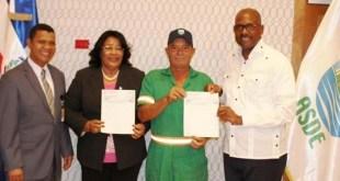 El alcalde Martínez entrega cheques simbólicos