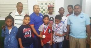 Los profesores Juan Francisco Vargas Luciano, Braulio Ramírez y Alejandro Benítez Pacheco premian a los estudiantes más sobresalientes de la escuela San José de Mendoza.