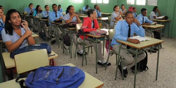 Estudiantes asisten al reinicio de la docencia