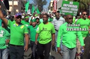 Participantes en la marcha caminan por la avenida 30 de Marzo en sentido Norte-Sur