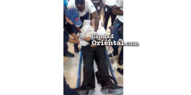 Rafael Pércival Peña asistido por paramédicos del 911