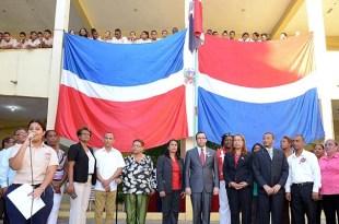 El Ministro de Educación acompaña a estudiantes y personal docente en la escuela Colombina Canario, de Los Mina