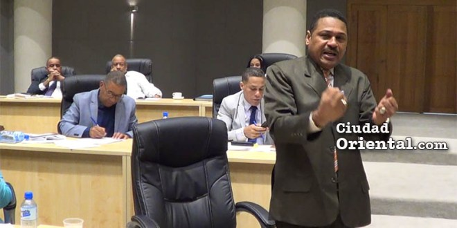 Luis Flores minimiza los reclamos de la oposición