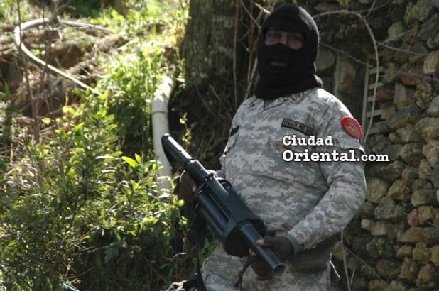 Un soldado desplegado en medio del camino listo para entrar en acción contra campesinos y periodistas