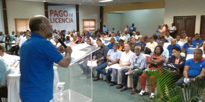 Eduardo Hidalgo se dirige alos dirigentes de la ADP