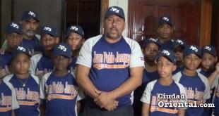 Juan Pablo Jáquez junto a los pequeños atletas que le acompañan a Canovanas, Puerto Rico