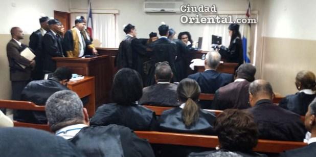 Los abogados observan un video llevado por agraviantes al recurso de amparo