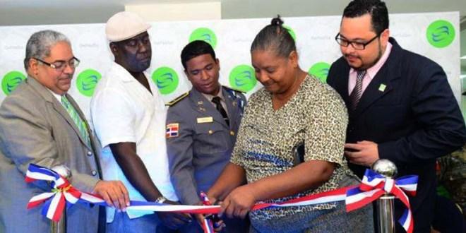 Afiliados al Régimen Subsidiado cortan la cinta para dar formar inauguración a la nueva oficina.