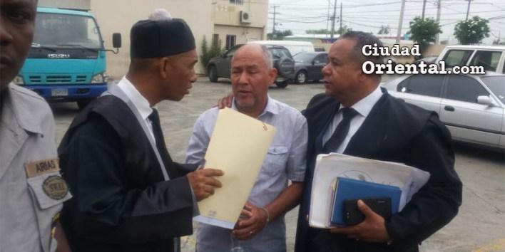 Juan Dottin, en el centro, junto a sus abogados