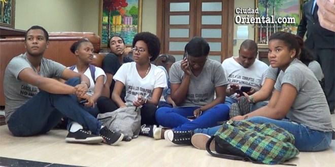 """Jóvenes que , según la PGR, """"se atrincheraron"""" en la sede de esa institución"""
