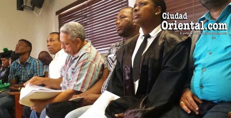 El profesor Chapman lee el expediente acusatorio mientras espera su turno para sentarse en el banquillo de los acusados
