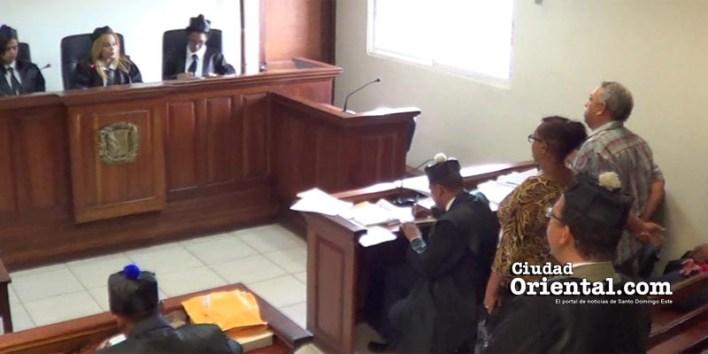 Chapman y su esposa escuchan al tribunal