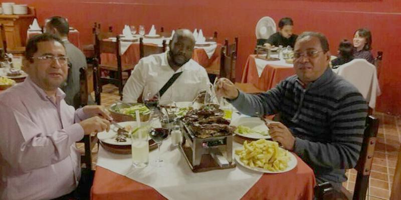 Funcionarios del ASDE echan vainas desde un restaurante en Perú