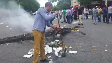 Photo of Vídeo – El mundo al revés ¿Simpatizantes del PLD quemando gomas en la UASD?
